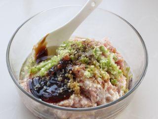 脆底猪肉洋葱锅贴,选择三肥七瘦的猪肉,剁成肉馅放入容器中,再加入切碎的葱、姜末,然后再调入生抽、料酒、蚝油、花椒粉、盐、鸡精和花生油,用筷子顺时针一个方向搅拌