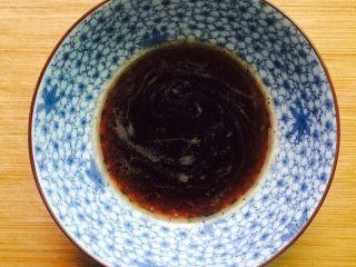 桂花红糖年糕,红糖放入碗里加入少许热水调匀