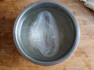 蒜蓉粉丝蒸金针菇——快手下饭就靠它,粉丝用开水浸泡五分钟,变软后沥水捞出备用。