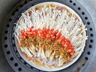 蒜蓉粉丝蒸金针菇——快手下饭就靠它,上锅隔水蒸,开锅后8分钟即可。