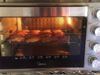 烤鸡翅(日式烧烤味),将鸡翅放在烤架上,入烤箱烤制20分钟。