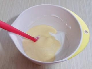 10分钟轻松搞定快手早餐~酸奶松饼,最后将蛋黄糊倒入蛋白霜的容器中,继续翻拌至看不到蛋白霜即可。