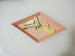红烧金鲳鱼,姜切成片,葱头切段