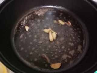 红烧金鲳鱼,加入一碗清水。加入生抽,老抽,盐