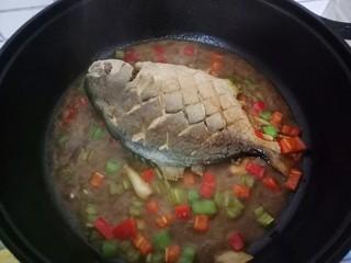 红烧金鲳鱼,然后放入青红椒,煮至收干汁,也需要翻一下鱼哦