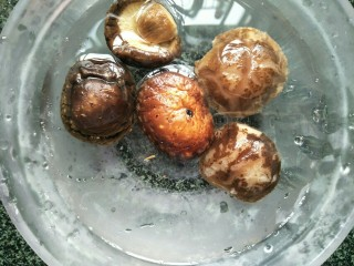 腊味糯米卷,冬菇浸软