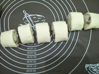 腊味糯米卷,将面团切成大约相同份量