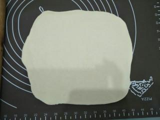 腊味糯米卷,将面团撠成方型的面皮。