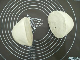 腊味糯米卷,拿出来揉一揉排气分成两份盖布静置五分钟。