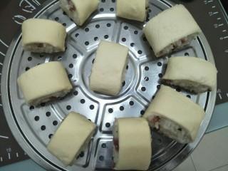 腊味糯米卷,放入涂了油的蒸架上