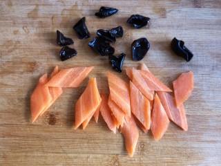 芸豆排骨焖面,小碗秋耳泡发洗净,胡萝卜洗净去皮切片备用。