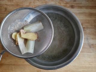 芸豆排骨焖面,把煮排骨的汤用滤网滤去葱姜和浮沫后备用。