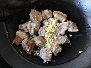 芸豆排骨焖面,煎至排骨变色后下入蒜末炒香。