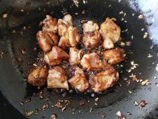 芸豆排骨焖面,翻炒至排骨上色。