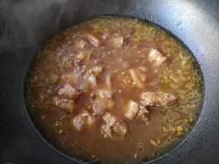 芸豆排骨焖面,大火煮开后转中小火焖煮30分钟。