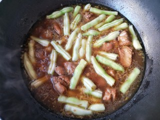 芸豆排骨焖面,然后下入芸豆,煮至芸豆变色(芸豆一定要多煮一会,煮熟透不然会有毒)。