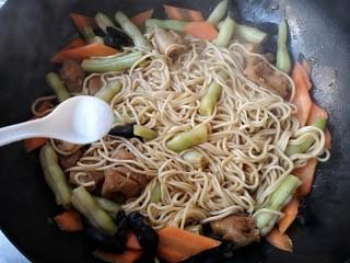 芸豆排骨焖面,继续加盖焖煮,冒出热气后再转小火煮约15-分钟,至面熟透。根据个人口味适量加入盐和鸡精搅匀后盛出即可。