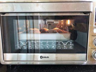 可可冰心面包,10、放入烤箱中下层,150度上下火烘烤20分钟即可。