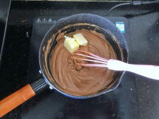 可可冰心面包,17、加热至蛋奶糊变得浓稠即可离火,趁热加入黄油搅拌至完全融化,棉花糖可可卡仕达酱就做好了。