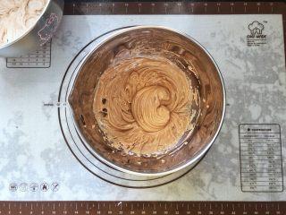 可可冰心面包,20、把冷藏后的棉花糖可可卡仕达酱取出用打蛋器打顺滑。