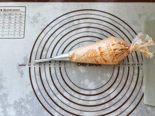 可可冰心面包,22、裱花袋中装入泡芙裱花嘴,装入可可冰心奶油馅儿。