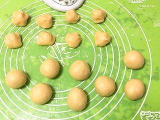 芝麻酥饼,全部滚圆。