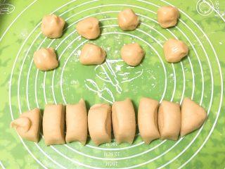 芝麻酥饼,30分钟后拿出面团也分成八份。
