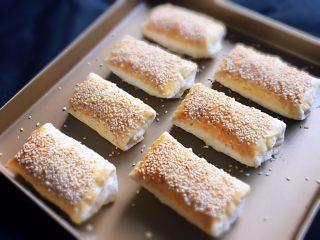 芝麻酥饼,烤完冷却就可以品尝了。
