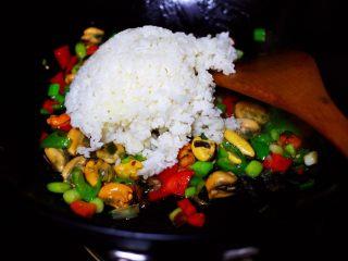海虹蒜苗什锦蛋炒饭,锅中这个时候就可以倒入米饭咯。