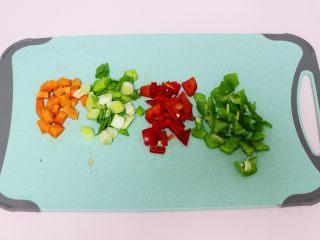 海虹蒜苗什锦蛋炒饭,用刀把蒜苗切碎,胡萝卜切丁,青红椒也切成小丁。