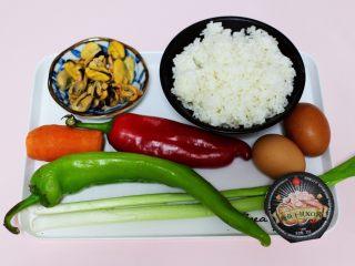 海虹蒜苗什锦蛋炒饭,首先备齐所有的食材。