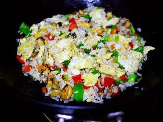 海虹蒜苗什锦蛋炒饭,大火翻炒至1分钟左右即可关火。