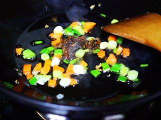 海虹蒜苗什锦蛋炒饭,把海鲜酱大火翻炒出香味后。