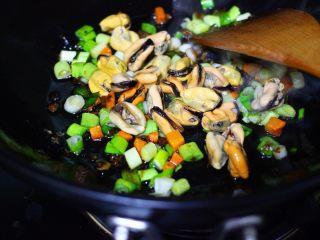 海虹蒜苗什锦蛋炒饭,加入提前煮熟的海虹肉。