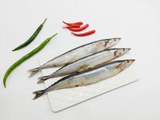 简单美味的麻辣烤秋刀鱼,准备秋刀鱼以及辣椒、调味料。