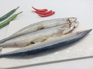 简单美味的麻辣烤秋刀鱼,秋刀鱼收拾干净,晾干水分(或者用厨房纸巾擦干)