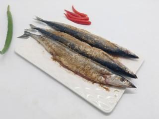 简单美味的麻辣烤秋刀鱼,蚝油、烧烤料、生姜、蒜、料酒腌制一小时。