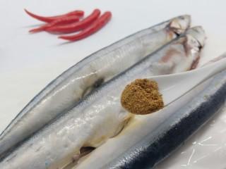 简单美味的麻辣烤秋刀鱼,十三香一勺,增加香味。