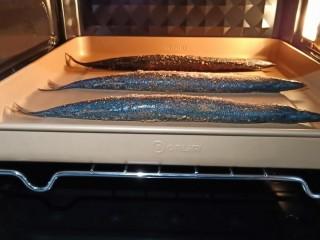 简单美味的麻辣烤秋刀鱼,烤箱提前200度预热,烤盘放中层、上下火200度烤15分钟。