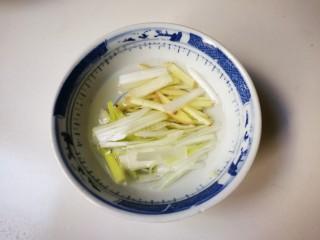 蒸枸杞鸡肉圆,葱姜丝放入碗中,放50毫升清水浸泡十分钟