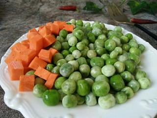 豌豆牛肉粒,准备好速冻豌豆和胡萝卜丁