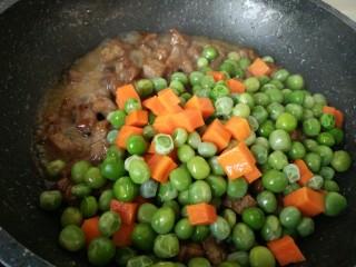 豌豆牛肉粒,再把豌豆和胡萝卜丁放进去,翻炒均匀