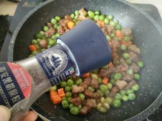 豌豆牛肉粒,撒少许黑胡椒粉即可