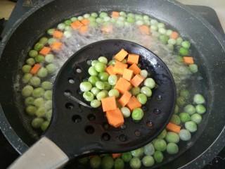 豌豆牛肉粒,焯水到豌豆饱满,胡萝卜鲜亮