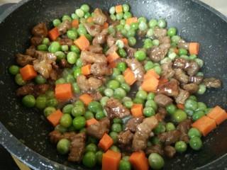 豌豆牛肉粒,炒匀后加少许食盐