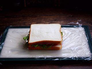 三明治,最后再放上一片吐司面包。