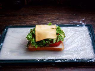 三明治,放入芝士片。