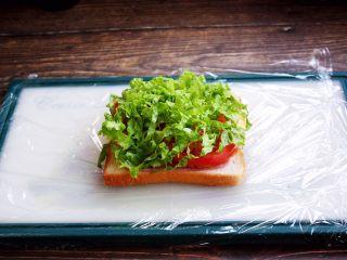 三明治,放入生菜丝。