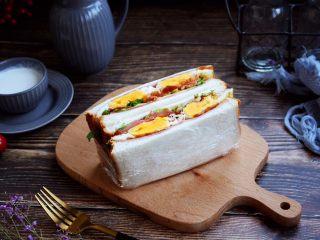 三明治,用保鲜膜包裹好后,用刀将三明治切开即可。