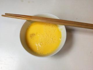 糖桂花酒酿蛋花,鸡蛋打散均匀